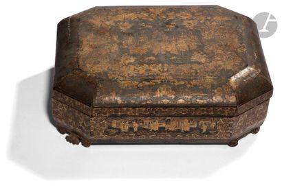 CHINE, Canton - XIXe siècle Boîte à jeux rectangulaire à pans coupés en bois laqué...