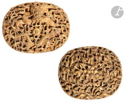 CHINE - XIXe siècle Deux boucles de ceinture en laiton doré et ciselé pour l'une...