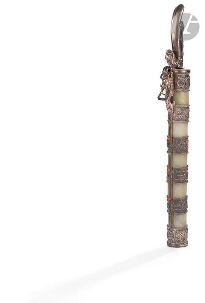 CHINE - Fin XIXe siècle Couteau, le fourreau composé de cinq bagues en néphrite...