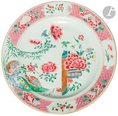 CHINE - XVIIIe siècle Plat en porcelaine émaillée polychrome des émaux de la famille...