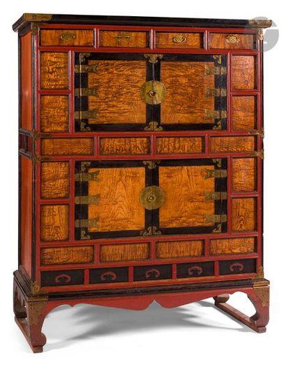 CORÉE - XXe siècle Cabinet en bois ouvrant...