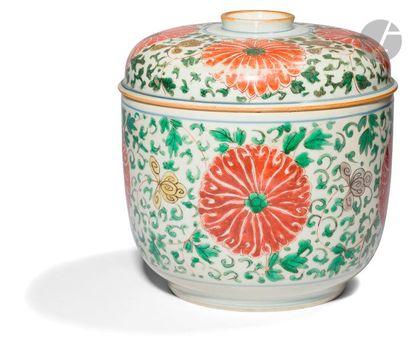 CHINE - XVIIIe siècle Pot couvert en porcelaine émaillée jaune, vert, aubergine...