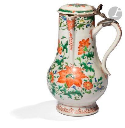 CHINE - XVIIIe siècle Verseuse en porcelaine...