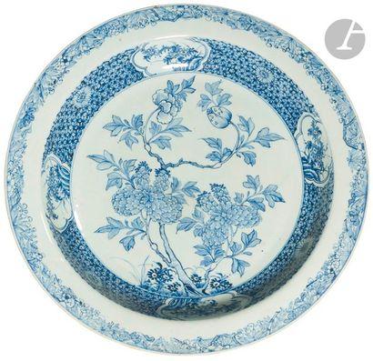 CHINE - XVIIIe siècle Plat rond en porcelaine...