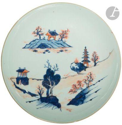 CHINE - XVIIIe siècle Coupe en porcelaine à décor dit « Imari » en bleu sous couverte,...