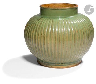 CHINE - XVIIIe siècle Pot en grès émaillé...