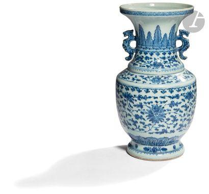 CHINE - XVIIIe siècle Vase en porcelaine...