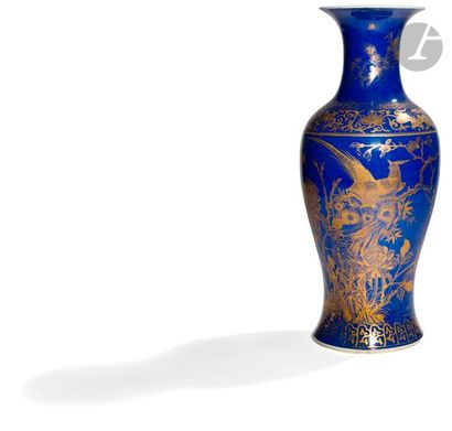 CHINE - XIXe siècle Vase balustre en porcelaine émaillée bleu poudré à décor de...