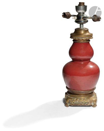 CHINE - XIXe siècle Vase double gourde en porcelaine émaillée sang de bœuf. H. à...