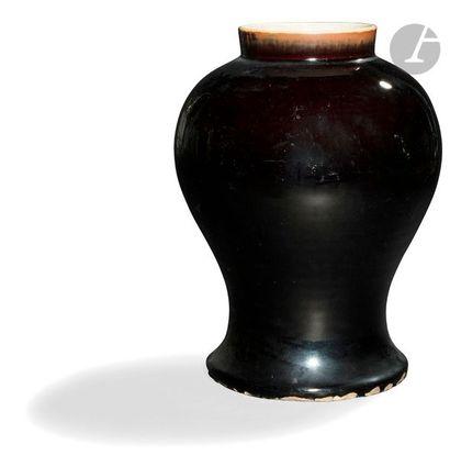 CHINE - XIXe siècle Vase balustre en porcelaine...