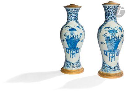 CHINE - XIXe siècle Paire de vases balustres...