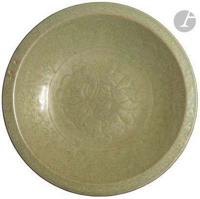 CHINE - Époque MING (1368 - 1644) Plat rond en grès émaillé vert céladon à décor...
