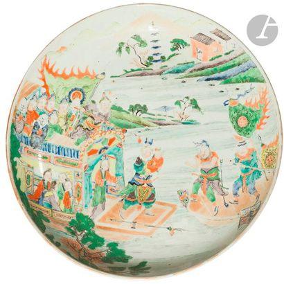 CHINE - XIXe siècle Plat rond en porcelaine...