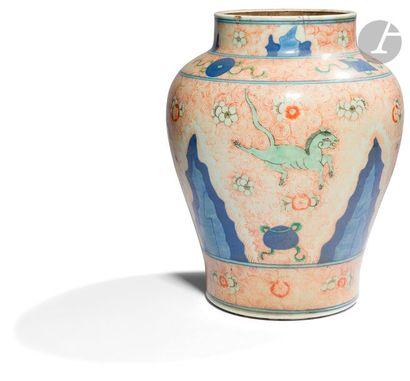 CHINE - XIXe siècle Potiche balustre en porcelaine...