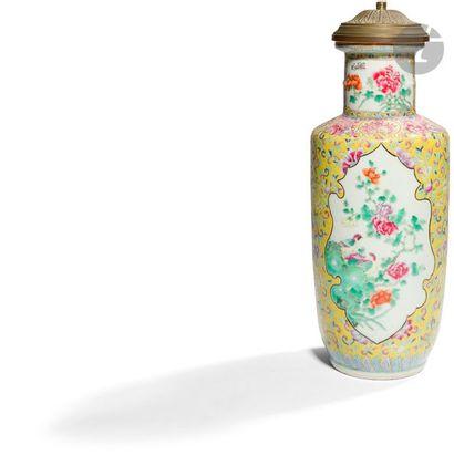 CHINE - XIXe siècle Vase en porcelaine émaillée...