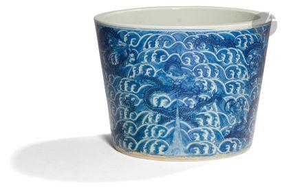 CHINE - XIXe siècle Cache-pot en porcelaine...