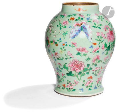 CHINE, Canton - XIXe siècle Vase balustre...