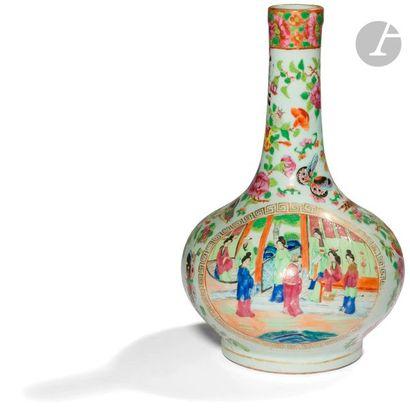 CHINE, Canton - XIXe siècle Vase bouteille...