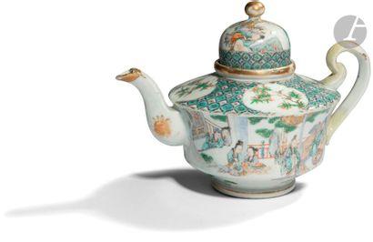 CHINE, Canton - XIXe siècle Théière en porcelaine...