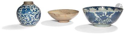 CHINE - Fin Époque MING (1368 - 1644) Ensemble en porcelaine bleu blanc comprenant...