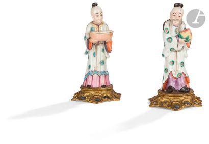CHINE - XXe siècle Deux statuettes en porcelaine...