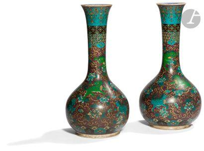 JAPON - XIXe siècle Paire de vases bouteille...