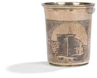 Gobelet à col évasé en argent à décor architectural...