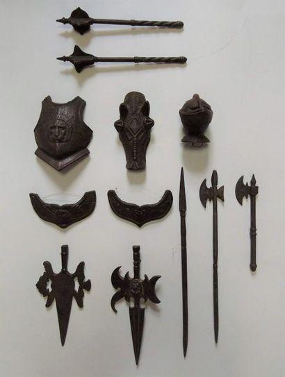 Douze éléments de panoplie de chevalier miniature (dont armet, chanfrein, gorgerins,...
