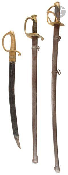 Ensemble de 3 sabres : - Sabre briquet, milieu du XIXe siècle. (manque la bouterolle)...