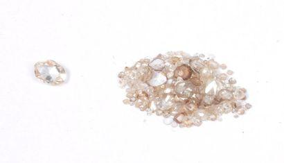 Lot de diamants taillés en roses sur papier...