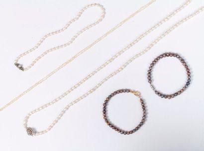 Lot de bijoux comprenant : deux colliers...
