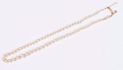 Collier de perles de culture baroques en chute, fermoir en or 18K (750). Poids brut...