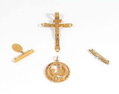 Pendentif en or 18K (750) portant un Christ...