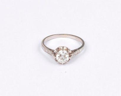 Bague en platine, ornée d'un diamant rond...
