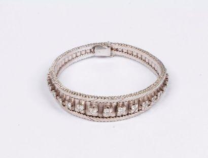 Bracelet ruban en or gris 18K (750), centré...