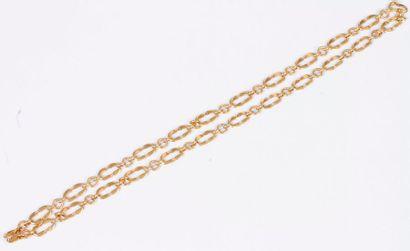 Long collier en or 18K (750), articulé d'anneaux...