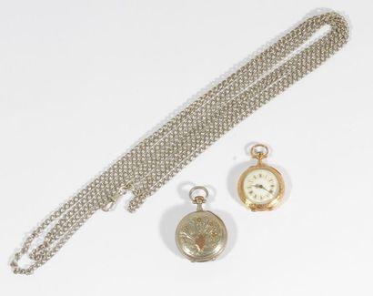 Lot de 2 montres de col : - l'une en or 18K...