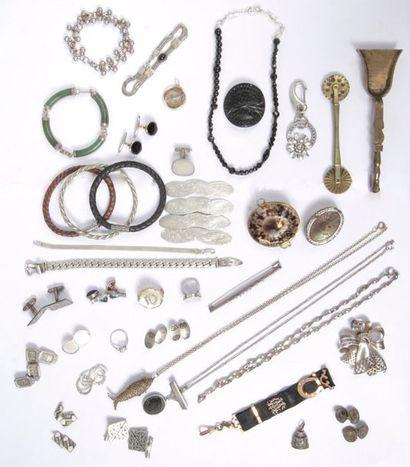 Lot de bijoux et accessoires en argent ou en métal comprenant : 3 broches ; 5 pendentifs...