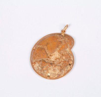 Pendentif en or 18K (750), orné d'une ammonite....