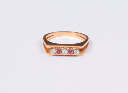 Bague en or rose 18K (750), ornée de 3 diamants...