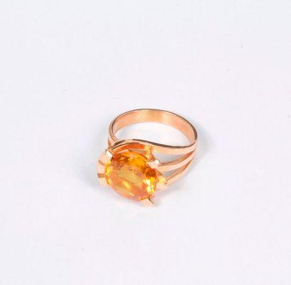 Bague en or rose, ornée d'une pierre jaune...