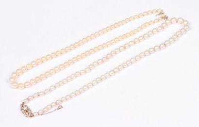 Suite de deux colliers de perles de culture,...