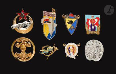 8 insignes divers Spahis et RCA amicales...