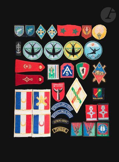 Lot d'insignes tissus et épaulettes dont...