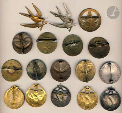 17 insignes du 1er RTM dont 2x Mourgeon 1er modèle, Mourgeon 2e modèle, 1 en argent...