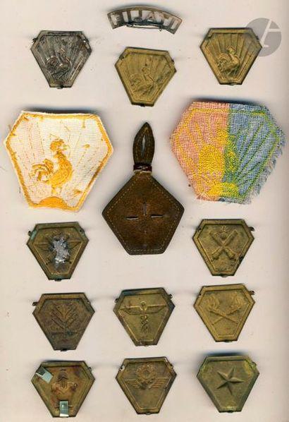 15 insignes du CEF en Italie dont barrette Italie, Artillerie, FTA, Etat-Major Service...