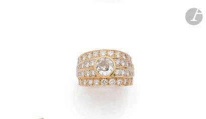 Bague large en or 18K (750), ornée d'un diamant...