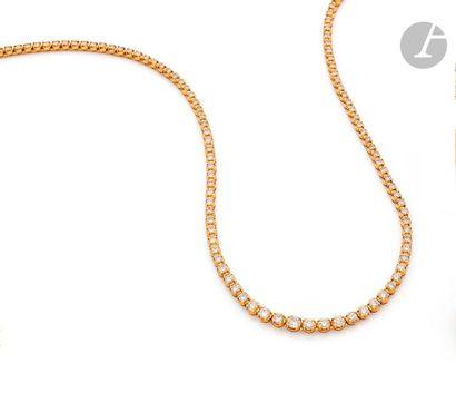 Collier rivière en or jaune 18K (750), entièrement serti de diamants ronds de taille...