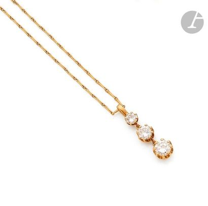 Pendentif en or jaune 18K (750), orné de 3 diamants ronds de taille brillant en...