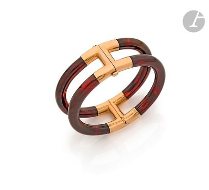 HERMÈS Bracelet ouvrant en joncs d'écaille brune montés en or jaune 18K (750). Signé...